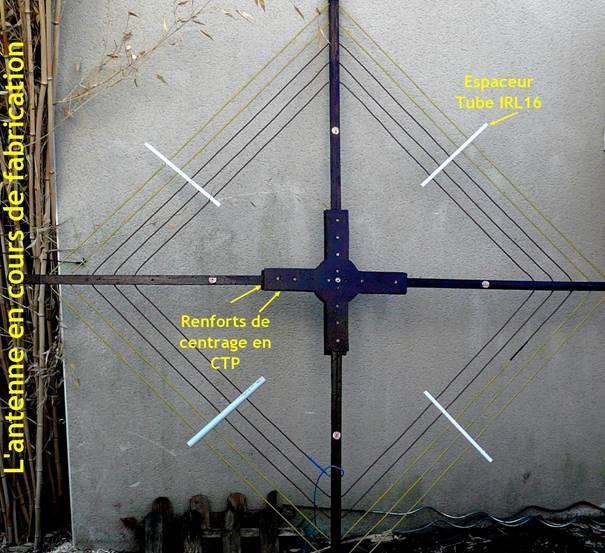 Une image contenant bâtiment, signe, horloge, assis  Description générée automatiquement